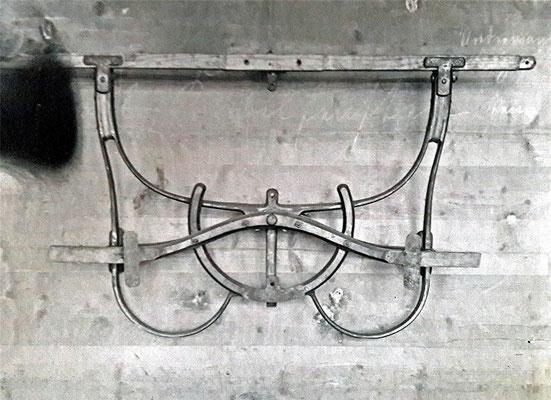"""""""Drehschemel"""" aus Gusseisen (Stahlguss)  für die gelenkte Vorderachse von Kutschen."""