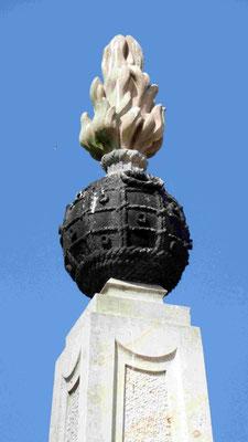 """Obelisk 1 bei Glaubitz: Spitze """"Flammende Granate"""" mit Seil-Struktur"""
