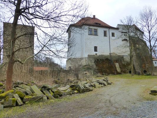 """Schlossgarten um 2010. Links das """"Stein-Lager"""" mit z.T. historisch wertvollen Steinen für das vorgesehene Lapidarium"""