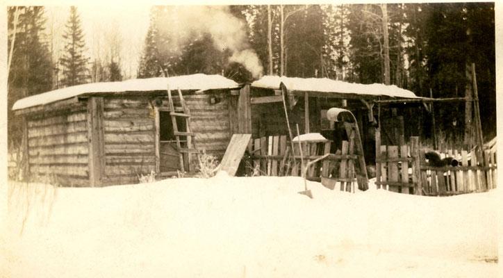 """""""Winter-Idylle"""". Das breite Brett mit der gerollten Spitze (rechts im Bild) diente zum Transport großer Lasten, besonders von Stämmen zum Hausbau."""