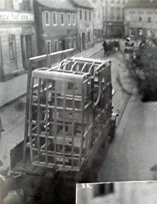 Roh-Karosserie-Transport von der Pulsnitzer Straße Radeberg, hier noch die alte Kreuzung Oberstraße, vor 1928.  Quelle: Sammlung B. Rieprich