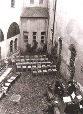 Oberer Schlosshof 1952: Vorbereitung eines Konzertes unter Leitung von Stadtkapellmeister Siegfried Hippe. Aufn. Museum Schloss Klippenstein.