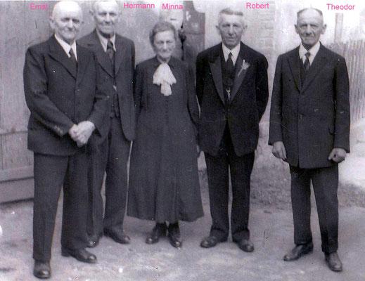 Emil Heuers Brüder und eine der Schwestern, um 1950. V.l.n.r.: Ernst, Hermann, Minna, Robert, Theodor. Alle Brüder waren Schmiede. Quelle: Sammlg. Rieprich