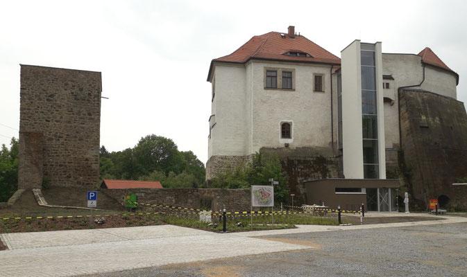Schlossgarten 2019 mit dem neuen Außen-Aufzug und der Veranstaltungsfläche vor dem Eulenturm.