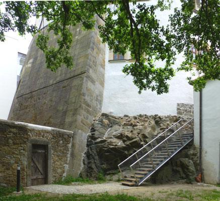 Nordwest-Seite der gewaltigen Stützmauer der Hauptburg, direkt auf den Fels gesetzt.  Ansicht vom Gefängnishof aus.