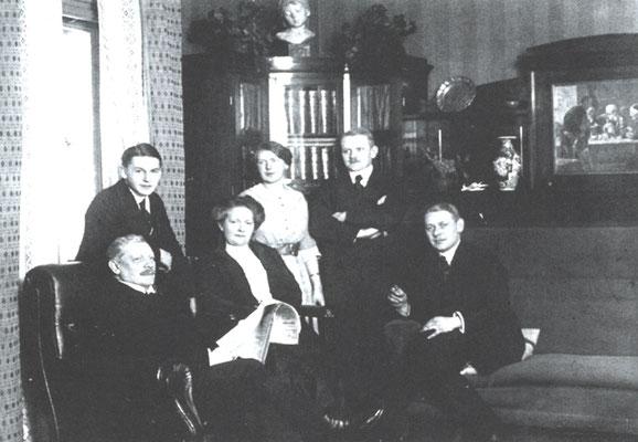 Emil Heuer auf dem Höhepunkt seiner Erfolge. V.l.n.r.: Emil Heuer, Sohn Erich, Ehefrau Bertha, Tochter Johanna und die Söhne Georg und  Edmund.