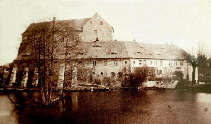 Ansicht von der Schlossstraße um 1900. Der Teich hat noch seine ursprüngliche Größe bis an die Mauern der Vorburg.