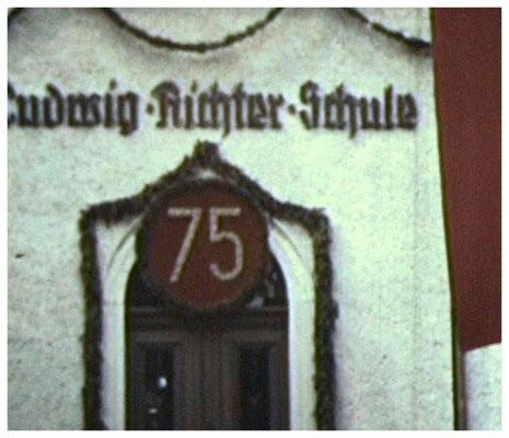 Das Schul-Gebäude war zum Jubiläum 1959, das zugleich Dorf-Fest war, festlich geschmückt.