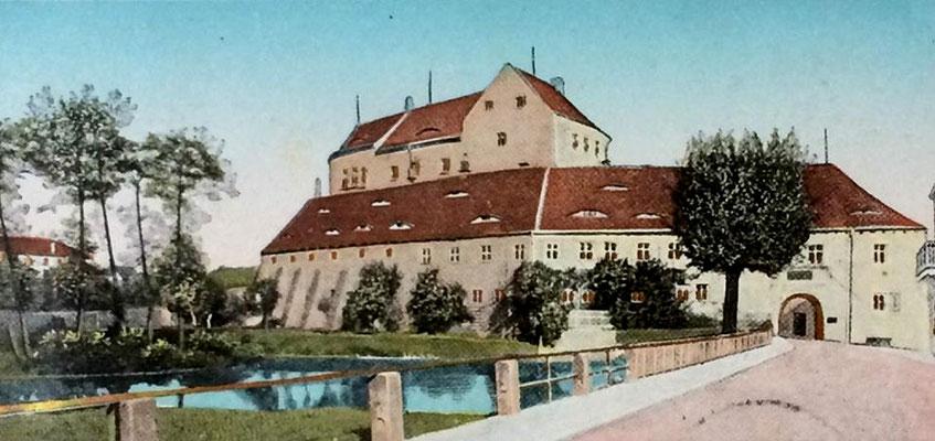 Ansicht aus Richtung Schlossstraße. Postkarte um 1902. Der Teich hat noch seine ursprüngliche Größe bis an die Mauern der Vorburg. Die ehemalige Teich-Insel ist deutlich zu sehen.