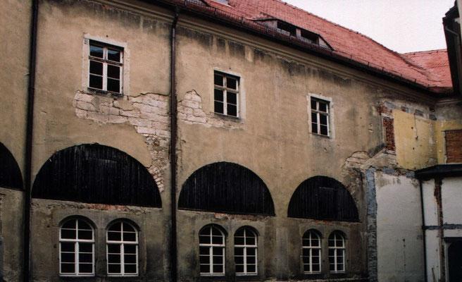 Oberer Schlosshof um 2002, während der Sanierung. Aufn. Museum Schloss Klippenstein.