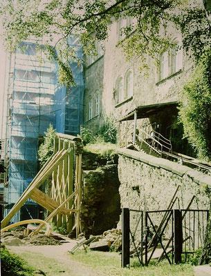 Reitertreppe nach Einsturz provisorisch gesichert, Wohnturm eingerüstet. Aufn. Museum Schloss Klippenstein.