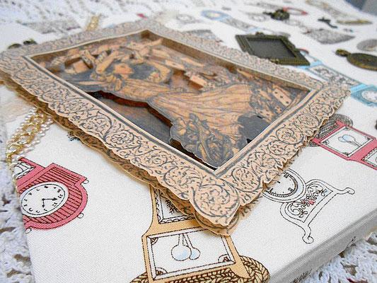 アリスのイラストは三枚重ね。輪郭で切り抜き、シャドーボックス・デコパージュの技法を応用