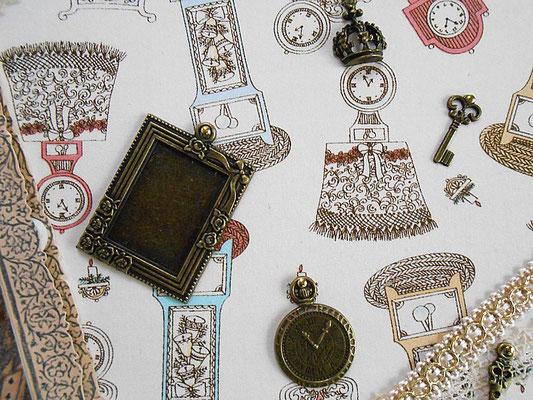 懐中時計や王冠の金属パーツを飾りました。