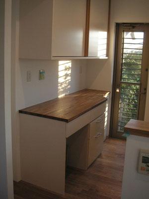 窓の位置など置く場所にあわせて造れるのがオーダー家具の強み