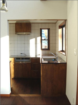 見えるキッチンなのでカウンターは水に強いチーク。火元はステンレス