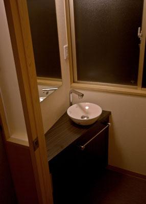 トイレ手洗い。じゃぶじゃぶ洗う所ではないので少しおしゃれに