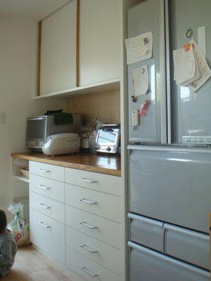 水屋は食器を仕舞引出と広めの平場とごみ置き場がポイント