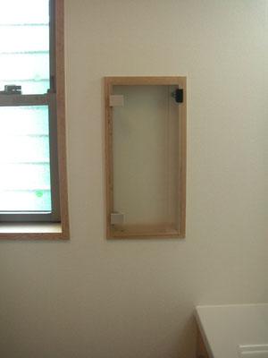 洗面所横の壁の厚みの中でちょっとした小物入れ