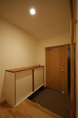 下駄箱。飾り棚と手摺を兼用。入りきらない分は玄関横の物入れにつっこみます