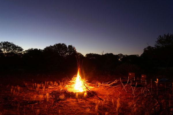 Lagerfeuer unter dem Sternenhimmel