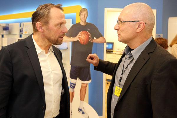 Oberbürgermeister Uwe Richrath im Gespräch mit Geschäftsführer Hemmo Penning.
