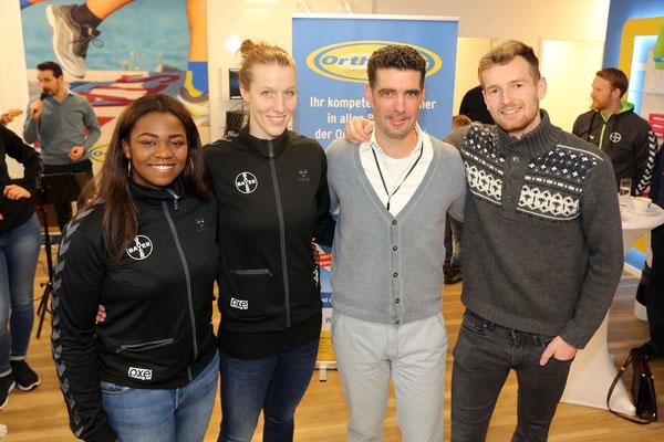 Die Elfen-Torhüterinnen Vanessa Fehr und Nele Kurzke sowie der finnische Fußball-Nationaltorwart in Diensten von Bayer 04, Lukas Hradecky (rechts), zu sehen.