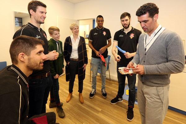 Fachwissen am 3D-Scanner vom Fachmann anschaulich erklärt: Die Spieler der Bayer Giants interessierten sich sehr für die Analysemöglichkeiten.