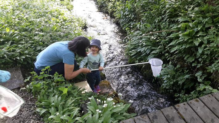 Grosskinder am Bach - beim Fischen