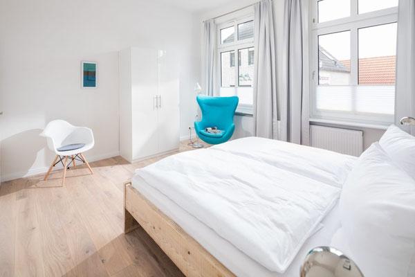 Ferienwohnung Norderney  Schlafzimmer 1 seitliche Ansicht Loft D im Strandloft 2 © norderney.top - Ferienwohnungen auf Norderney