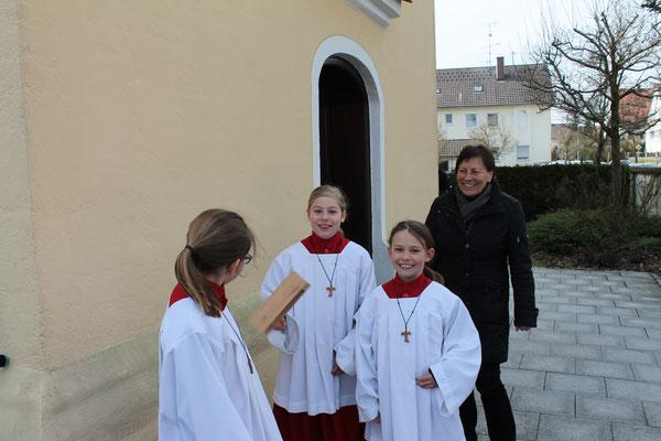 Zur Karfreitagsliturgie waren auch Ministranten aus Ellgau da und halfen beim Rätschen mit