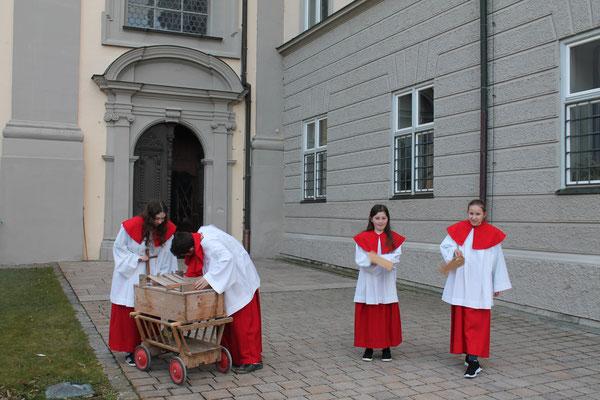Vor der Osternacht in der Klosterkirche St. Johannes Baptist rätschen die Minis