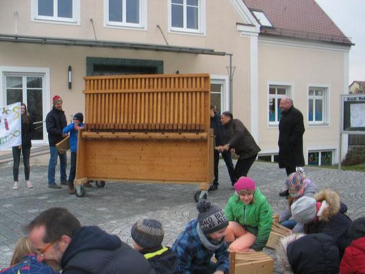 Der Ellgauer Bürgermeister Manfred Schafnitzel und Pfarrer Norman d´Souza eröffneten die diesjährige Rätschaktion der Diözese Augsburg vor dem Ellgauer Rathaus