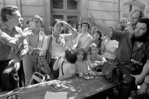 Jean Claude Gautrand faisant face à une contestation le lendemain de sa soirée avec la projection d'une sélection sur la jeune photographie française. On reconnaît Roger Doloy, Phan Viet Si, Dheurle et Marie-Yvonne Gilotte.
