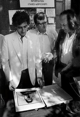 Dans la cour de l'école Nationale de la Photographie, Jack Lang prend son temps pour découvrir les célèbres portraits des algériennes dévoilées de Marc Garanger.