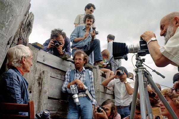 En camargue en 1974, Jacques Henri Lartigue est photographié par Ansel Adams. Pierre Cordier observe.
