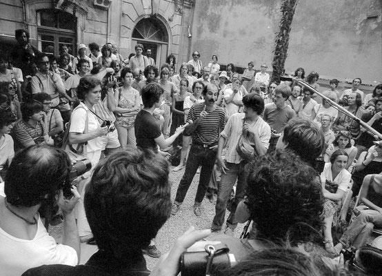 """Gilles Mora à la tête d'une protestation vigoureuse au lendemain de la soirée """"l'art parure"""" où il y avait eu devant l'écran et des torches allumées, un défilé de manequins qui s'est mal terminé."""