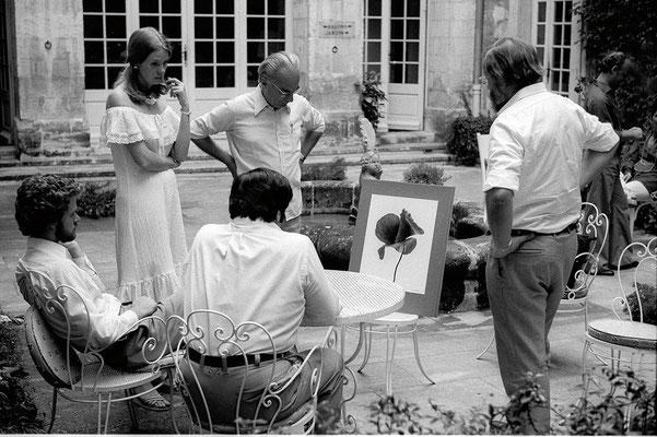 Denis Brihat montre sa production récente à Paul Caponigro dans la cour tranquille de l'hôtel d'Arlatan.