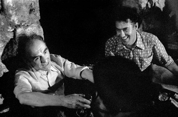 Robert Doisneau et Hans Silvester deux bons amis de chez Rapho, le soir, à la fin du repas dans la cour de la commanderie de Sainte Luce.