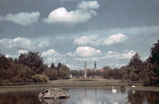 Schwanen-Weiher vor dem Kurhausaus, ca. 1940 (Stadtarchiv, Nachlass Muhl).