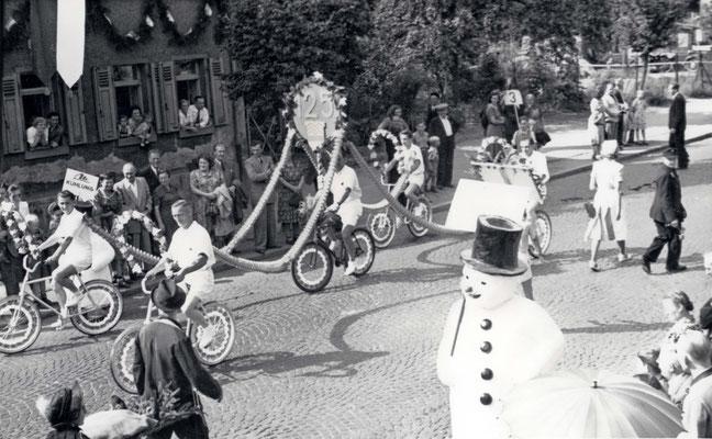 125 Jahre Vilbeler Markt 1950. Fahrradkorso der Arbeiter-Radfahrer Solidarität (Stadtarchiv Bad Vilbel)