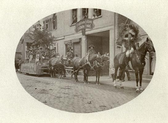 """Stammtisch  der Gaststätte """"Zur Lilie""""  mit eigenem Wagen (Stadtarchiv Bad Vilbel)"""