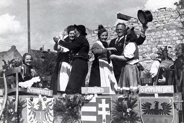 125 Jahre Vilbeler Markt 1950. Fünf Jahre nach Kriegsende - Heimatvertriebene nehmen am gesellschaftlichen Leben teil (Archiv Weihl)