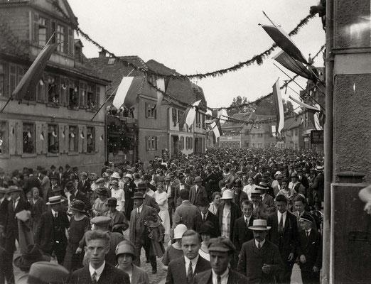 Das größte Fest aller Zeiten! Zuschauermassen nach dem Ende des Festzuges. Standort Ecke Wiesengasse  (Stadtarchiv Bad Vilbel)