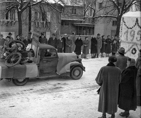 Umzug 1955 - schon damals forderte das Vilbeler Pflaster seine Opfer. (Stadtarchiv Bad Vilbel)
