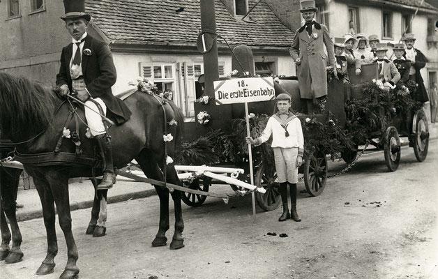 Die erste Eisenbahn - Motivwagen des Beamtenkartells in der Feststraße (Stadtarchiv Bad Vilbel)