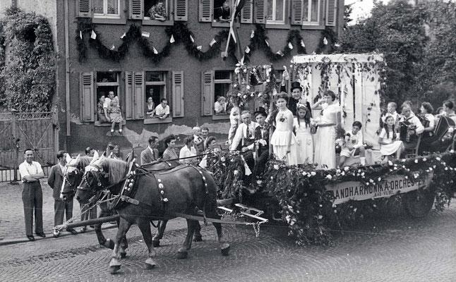 125 Jahre Vilbeler Markt 1950. Der Festwagen des Handharmonika-Orchesters (Stadtarchiv Bad Vilbel)