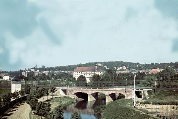 Eisenbahnbrücke, links der neuerbaute Sportplatz ca. 1940 (Nachlass Muhl) - Bearbeitung Wolfram Dietz