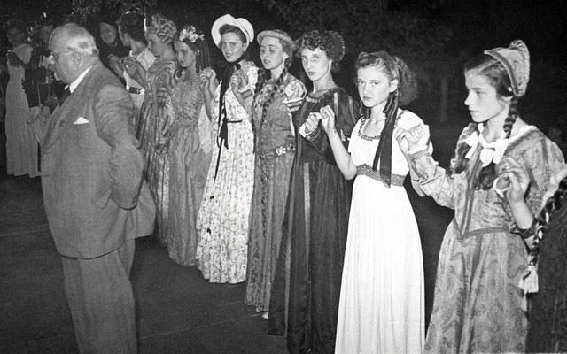 125 Jahre Vilbeler Markt 1950. Bürgermeister Moosdorf eröffnet die Abendveranstaltung, assistiert von Vilbeler Schönheiten in historischen Gewändern (Stadtarchiv Bad Vilbel)