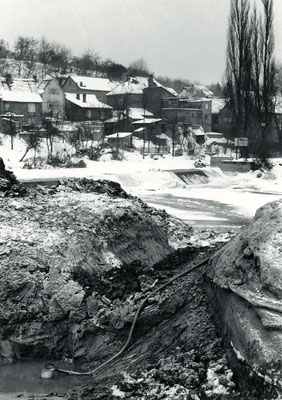 Mit einer Tauchpumpe wird Sickerwasser abgepumpt (Stadtarchiv Bad Vilbel)