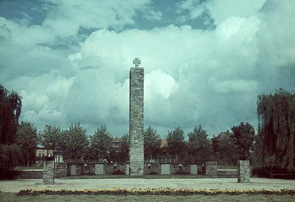 Das 1934 errichtete Ehrenmal, ca. 1940 (Nachlass Muhl) - Bearbeitung Wolfram Dietz